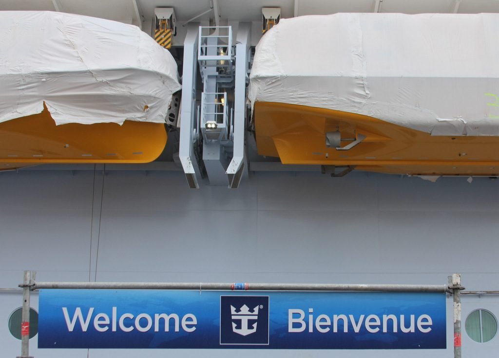 Symphony of the Seas gets ready to welcome your clients .